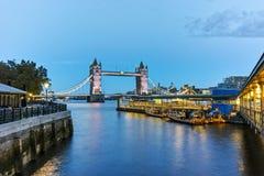塔桥梁夜照片在伦敦,英国 图库摄影