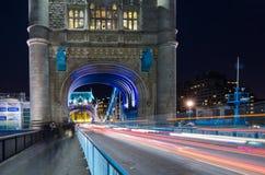 塔桥梁开启桥在伦敦,英国 库存照片