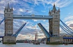 塔桥梁开通允许一艘高船通过通过 免版税库存照片