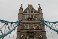 塔桥梁的塔在伦敦在10月下旬 免版税库存照片