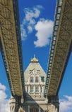 塔桥梁的细节在伦敦,当驾驶对此时 库存照片