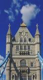塔桥梁的细节在伦敦,当驾驶对此时 免版税库存图片
