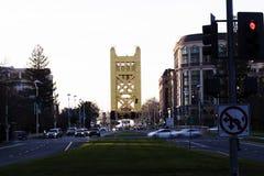 塔桥梁看法从街市萨加门多加利福尼亚的 库存照片