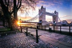 塔桥梁看法在日出的在伦敦,英国 免版税库存照片