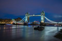 塔桥梁看法横跨泰晤士河的黄昏的,伦敦英国 免版税库存图片