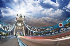 塔桥梁美丽的蓝色树荫在日落的在伦敦,宽 免版税图库摄影
