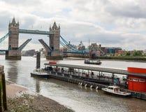 塔桥梁被画的开放,泰晤士河,伦敦 库存图片