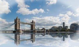 塔桥梁风景在伦敦,有好的水反射和蓝色多云天空的 免版税库存图片