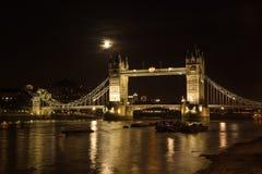 塔桥梁,上面满月,与泰晤士河照亮了  库存照片