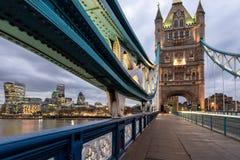 塔桥梁,伦敦,和伦敦市在背景中 图库摄影