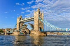 塔桥梁,开通通过让小船 免版税库存照片