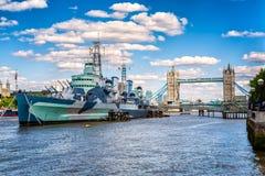 塔桥梁& HMS从南银行,伦敦的贝尔法斯特 库存图片