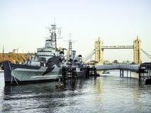 塔桥梁& HMS贝尔法斯特-伦敦 库存图片