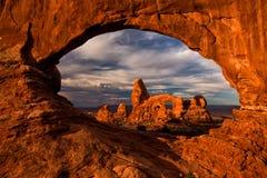 塔楼曲拱看法在拱门国家公园,犹他,美国 库存照片