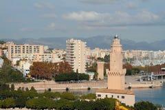 塔烽火台和城市 伯尔马de Majorca,西班牙 免版税库存照片