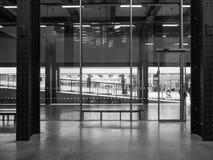 塔特现代涡轮霍尔在黑白的伦敦 库存照片