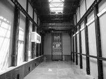塔特现代涡轮霍尔在黑白的伦敦 图库摄影
