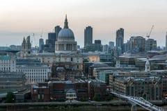 从塔特现代画廊的惊人的日落全景到市伦敦,英国,大英国 免版税库存图片