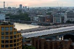 从塔特现代画廊的惊人的日落全景到市伦敦,英国,大英国 免版税图库摄影