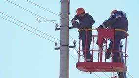 塔的有经验的电工改变在电支持的导线 股票录像