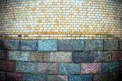 塔的老墙壁被建造大理石块和砖 免版税图库摄影