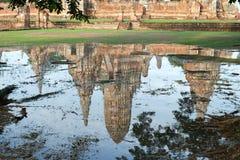塔的水反射Wat的ChaiWatthanaram 库存照片
