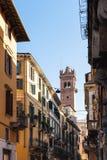 塔看法通过街道在维罗纳市 免版税库存照片