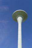 水塔被绘的白色下面蓝天 免版税库存图片