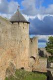 给塔装门在多云天空的背景中 Ivangorod堡垒 免版税图库摄影