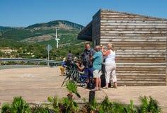 塔里法角, ANDALUSIA/SPAIN :9月18日:在Cazalla手表点的Birdwatchers 塔里法角,普罗旺斯卡迪士, 2016年9月18日的西班牙 图库摄影
