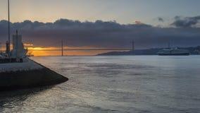 塔霍河和4月25日桥梁在黎明 免版税库存照片