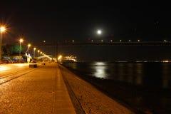 塔霍河在Night之前在里斯本,葡萄牙 免版税库存照片