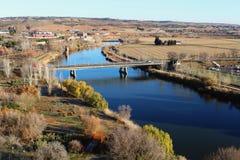塔霍河的高桥梁视图在托莱多,西班牙 库存照片