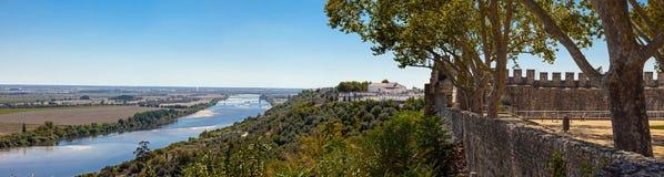 塔霍河(里约Tejo),最大伊比利亚半岛和从城堡墙壁看的Leziria风景 免版税库存图片