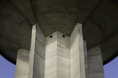 水塔从下面反对蓝天 免版税库存照片