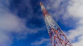 塔 塔和天空 云彩和高度塔 在天空和云彩的电信发射机 股票视频