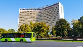塔什干-旅馆乌兹别克斯坦视域,位于市中心和通过她的城市公共汽车 库存图片