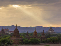 塔& x28; temples& x29;在Bagan缅甸在多云天空下和自然 库存图片
