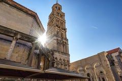 塔Sveti分裂大教堂Duje有太阳火光的,克罗地亚 图库摄影