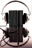 塞住在到耳机里的雷射唱片 免版税库存照片