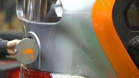 塞住在电车充电器,环境保护,创新的司机 股票录像