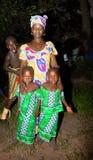 塞内加尔- 9月19 :摆在为的母亲和她的双女儿 免版税图库摄影