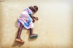 塞内加尔- 9月16 :从汽车海岛的未认出的女孩  免版税图库摄影