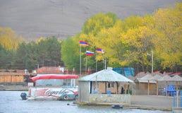 塞凡湖,亚美尼亚- 2016年10月14日:在咖啡馆上的三面旗子 免版税库存照片