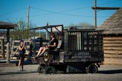 塞利格曼-女孩获得乐趣在沿路线66的一所老监狱 免版税库存照片