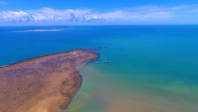 塞古鲁港,巴伊亚,巴西:美丽的海滩看法与有些小船的 免版税图库摄影