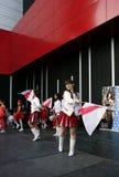塞尔维亚人军乐队女队长跳舞与标志 库存照片