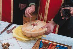 塞尔维亚ortodox圣洁手工制造面包在教会里 免版税库存图片