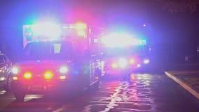 塞尔维尔NJ美国2019年4月01日,与闪光灯的救护车乘驾夜住房社区发展街道 股票视频