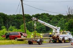 塞尔维尔NJ美国- Jujy 02日2018年:在可怕的事故以后的红色汽车-它碰撞了入替换电柱子 免版税库存照片